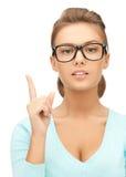 Frau in den Gläsern mit dem Finger oben Stockfoto