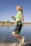 Frau in den Grünlack-läufern in See Lizenzfreie Stockfotografie