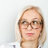 Frau in den großen Gläsern stockbild