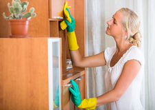 Frau in den Gummihandschuhen, die zuhause säubern Stockfotos