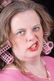 Frau in den Haarlockenwicklern lizenzfreies stockfoto