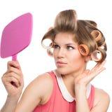 Frau in den Haarrollen Lizenzfreie Stockfotos