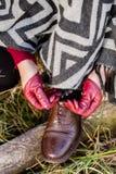 Frau in den Handschuhen, die Spitze auf Schuhen binden lizenzfreie stockfotografie