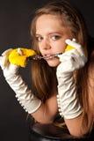 Frau in den Handschuhen mit Handschellen Stockfoto