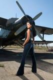 Frau in den Jeans und in den Flugzeugen Lizenzfreie Stockbilder