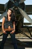 Frau in den Jeans und in den Flugzeugen stockfoto