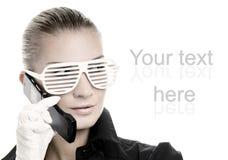 Frau in den kühlen Sonnenbrillen Lizenzfreie Stockfotos
