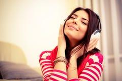 Frau in den Kopfhörern stockfotos