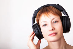 Frau in den Kopfhörern Lizenzfreie Stockfotografie
