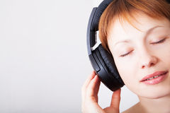 Frau in den Kopfhörern Lizenzfreies Stockfoto