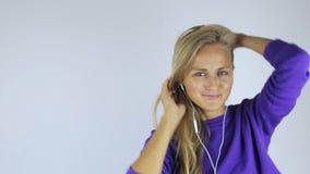 Frau in den Kopfhörern auf weißem Hintergrund stock video