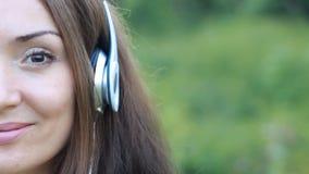 Frau in den Kopfhörern hörend Musik Schönes Mädchen des Portraits Gesichtsnahaufnahme stock video footage