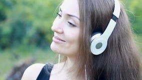 Frau in den Kopfhörern hörend Musik Schönes Mädchen des Portraits Gesichtsnahaufnahme stock footage