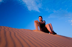 Frau an den korallenroten rosafarbenen Sanddünen stockfotos