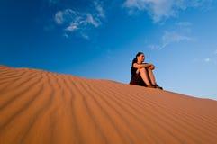 Frau an den korallenroten rosafarbenen Sanddünen Stockbild