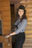 Frau in den Lederhosen, die an einer Tür stehen Stockbilder