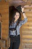 Frau in den Lederhosen, die an einer Tür stehen Lizenzfreies Stockfoto