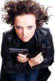 Frau in den ledernen Abnutzungsholdinggewehren Lizenzfreies Stockfoto
