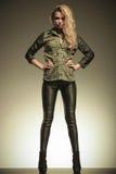 Frau in den ledernen Hosen, die mit den Händen auf Hüften aufwerfen Stockbilder