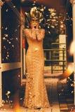 Frau in den Masken- und Fliegenkonfettis Stockbilder