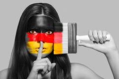 Frau in den nationalen Farben von Deutschland stockfoto