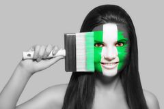 Frau in den nationalen Farben von Nigeria stockfotografie