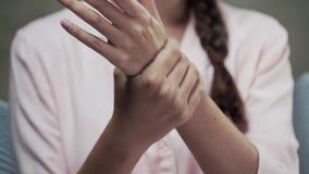 Frau in den Pyjamas trägt Nachtcreme an ihren Händen, an Hautpflege, an Handcreme, an Schönheit und an Gesundheit auf stock footage