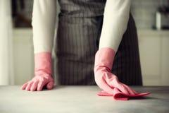Frau in den rosa Gummischutzhandschuhen, die Staub abwischen und schmutziges Reinigungskonzept, Fahne, Kopienraum Stockfoto