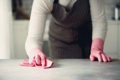Frau in den rosa Gummischutzhandschuhen, die Staub abwischen und schmutziges Reinigungskonzept, Fahne, Kopienraum Stockbild