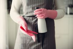 Frau in den rosa Gummischutzhandschuhen, die Staub abwischen und schmutziges Reinigungskonzept, Fahne, Kopienraum Lizenzfreie Stockfotos