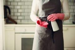 Frau in den rosa Gummischutzhandschuhen, die Staub abwischen und schmutziges Reinigungskonzept, Fahne, Kopienraum Lizenzfreies Stockfoto