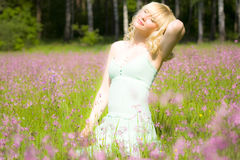 Frau in den rosafarbenen Blumen Stockbild