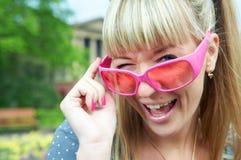 Frau in den rosafarbenen Gläsern Stockfotografie