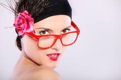 Frau in den roten Gläsern Stockfotos