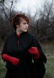 Frau in den roten Handschuhen Stockfotografie