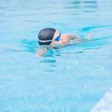 Frau in den Schutzbrillen Art des vorderen Schleichens schwimmend Stockfotos