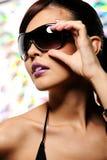 Frau in den schwarzen Sonnenbrillen Lizenzfreie Stockfotografie
