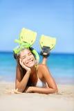 Frau an den Sommerstrand-Ferienfeiertagen Stockfoto