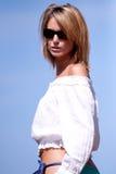 Frau in den Sonnenbrillen Stockfotos