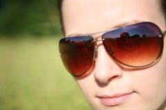Frau in den Sonnenbrillen Stockfoto