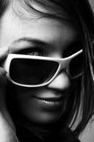 Frau in den Sonnenbrillen. Stockbild