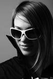 Frau in den Sonnenbrillen. Lizenzfreie Stockfotos