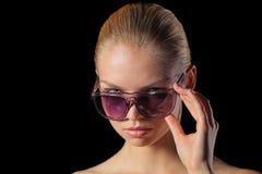 Frau in den Sonnenbrillen Stockfotografie