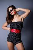 Frau in den Sonnenbrillen mit Erdbeere Lizenzfreie Stockfotografie