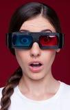 Frau in den Stereogläsern Stockfotos