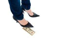 Frau in den Stiletten, die über einer zehn-Dollar-Anmerkung stehen Stockfoto
