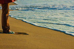 Frau in den Turnschuhen ist auf dem Sand Lizenzfreie Stockfotografie