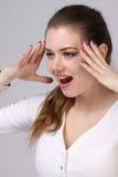 Frau in den weißen Kleiderrufen Stockfotografie