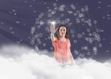 Frau in den Wolken, die Verbindungsikonen berühren Stockbilder