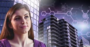 Frau denkend und reflektierend mit hohen Gebäuden mit futuristischer Verbindungsschnittstelle Lizenzfreie Stockfotos